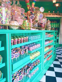 Our Trip to Universal Orlando Honeyduke's Candy Shop in Hogsmeade Universal Orlando, Universal Studios Food, Shop Interior Design, Store Design, Bonbon Harry Potter, Bonbons Vintage, Store Concept, Candy Display, Display Ideas