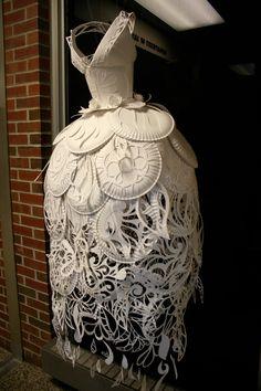 Vestido de papel por Ali Ciatti/ Paper Plate Dress by Ali Ciatti, via Behance Paper Fashion, Fashion Art, Origami Fashion, Dress Fashion, Style Fashion, Fashion Ideas, Kirigami, Paper Cutting, 3d Paper