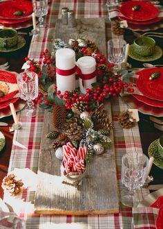 décorations de Noël traditionnelles en rouge, vert et blanc pour la table de fête