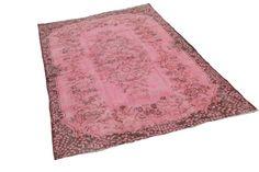 Prachtig oud roze vintage tapijt 274cm x 167cm (nr1132) Verzending vanaf €100 euro gratis! Wij selecteren onze vintage vloerkleden zelf in Turkije. Uiteraard kiezen wij alleen de mooiste kleden die ...