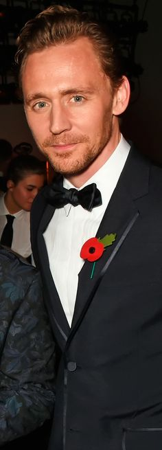 Tom Hiddleston attends the 62nd London Evening Standard Theatre Awards at The Old Vic Theatre on November 13, 2016 in London. Ful size image (UHQ): http://ww4.sinaimg.cn/large/6e14d388gw1f9r8oba1ywj211r1kw478.jpg Source: Torrilla