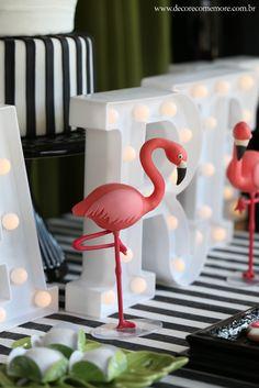 Festa Flamingos by Decore & Comemore // Sugestão para aniversário adulto e chá de lingerie. Mesa decorada com flamingos e peças pretas e douradas. Flamingos de biscuit para locação.