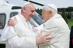 Labbraccio tra Papa Francesco e il Papa Emerito Benedetto XVI durante il loro incontro nel palazzo apostolico di Castelgandolfo