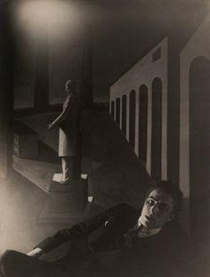 Man Ray - André Breton devant L'énigme d'une journée de G. De Chirico, 1922