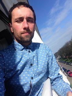 """<p>De eerste zonnestralen van de lente zijn een feit. Heerlijk! Mooi moment of lekker in m'n raam te hangen. Omdat het ook weer niet warm genoeg is om zonder shirt te gaan (en omdat het een verkeerd signaal aan de voorbijgangers zal geven) heb ik m'n Anerkjendt shirt uit de <a href=""""http://www.indepaskamer.nl/day-anerkjendt/#more-"""" """" class=""""more-link"""">more »</a></p>"""