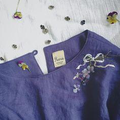 すみれ色のリネンに すみれの刺繍を施して すみれの形のボタンをつけると… すみれ好きさんのためのワンピースが出来上がりー すみれの実物がなかったのが残念。 パンジーしかなかった… #NostalgicFlowers展 Embroidery On Clothes, Shirt Embroidery, Embroidered Clothes, Embroidery Fashion, Ribbon Embroidery, Embroidery Stitches, Embroidery Patterns, Girls Kurti, Lace Beadwork