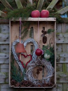 Feeding station for birds in old fruit crate - Ideen Weihnachten - DIY Deko Outdoor Christmas, Rustic Christmas, Winter Christmas, Christmas Time, Christmas Wreaths, Recycled Christmas Decorations, Xmas Decorations, Diy And Crafts, Christmas Crafts