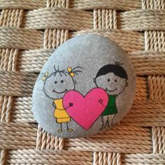 No photo description available. Pebble Painting, Pebble Art, Stone Painting, Stone Crafts, Rock Crafts, Caillou Roche, Hobbies And Crafts, Arts And Crafts, Art Rupestre
