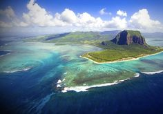 Incentives - MAURITIUS - Sonriso   Travel in Style Niekończące się piaszczyste plaże, wspaniałe afrykańskie słońce, ciepłe wody Oceanu Indyjskiego, kolorowe rafy pełne przeróżnych gatunków morskich stworzeń, wyjątkowo przyjaźni mieszkańcy i przepiękna tropikalna przyroda sprawiają, że Mauritius to idealne miejsce na wypoczynek.