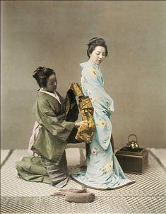 Vistiendo a la geisha.