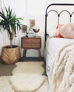 Bedroom Ideas A very handy collection of great examples for that delightfully comfy home decor bedroom cozy boho chic Bedroom Decor Suggestion shared on 20181130 Stylish Bedroom, Cozy Bedroom, Home Decor Bedroom, Bedroom Furniture, Bedroom Ideas, Boho Bedroom Diy, Bedroom Apartment, Kids Bedroom, Mid Century Modern Bedroom