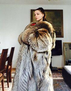 Puffer Coat With Fur, Beautiful Christina, Fox Fur Coat, Great Women, Fur Fashion, Mantel, How To Wear, Autumn Scenery, Fashion Guide