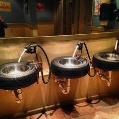 Banheiro público masculino com tema de posto de gasolina