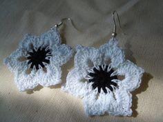 Pendientes hechos a mano en crochet de diferentes estilos y colores.