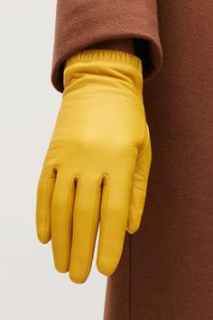 Detailed image of Cos gathered leather gloves in yellow Cos Fashion, Gloves Fashion, Fashion 2018, Modern Fashion, Street Fashion, Yellow Gloves, Yellow Fashion, Knitted Gloves, Women's Gloves