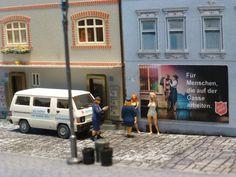 Liebevoll im Maßstab 1:87 sin dfolgende Modellbau-Fahrzeuge und Szenen mit Heilsarmee-Figuren nachgestellt worden. Street View, Army, Figurines, Model Building, First Aid, Vehicles, Pictures