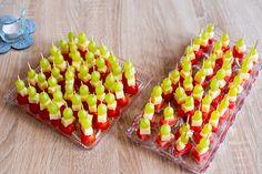 Fingerfood mit den Zutaten: Tomaten, Käse, Melone und Weintrauben. Mit Zahnstochern als Spieße schnell zubereitet. Sieht toll aus und schmeckt auch so.