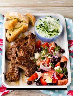 Lamstjops met tzatziki en knoffelplatbrode South African Dishes, South African Recipes, Ethnic Recipes, Lamb Recipes, Chicken Recipes, Lamb Chops, Tzatziki, Afrikaans, Kos