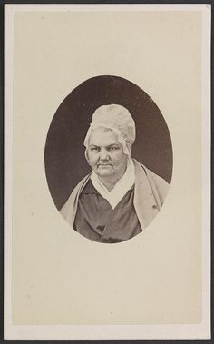 Unlike Their Southern Counterparts Some Women In The East And North Especially Women Who Were Quakers Maintained An Unadorned Appeara With Images White Caps Women Cap