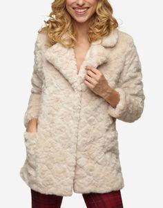 Manteau court en effet fourrure. Il est doté de manches