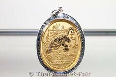 Vergoldetes Suea Chamsin Nuea Thong Micron Phim Yai Thai Amulett des ehrwürdigen Kruba Nueachai Kosito Abt des Wat Samnak Tham Pah Achathong, Tambon Sri Khamm, Amphoer Mae Chan, Changwat Chiang Rai, Nordthailand, aus dem Jahr B.E. 2552 (2009). Es ist sehr schwer die nur in Kleinserien gefertigten Kruba Nueachai Amulette zu bekommen denn das Wat Samnak Tham Pah Achathong befindet sich in einer sehr abgelegenen Gegend Nordthailands ca. 750 Km von Bangkok entfernt.