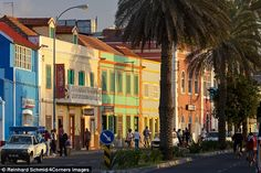 De kleurijke straten van Mindelo, São Vicente, Kaapverdië, Kaapverdische eilanden. The streets of Mindelo, the capital of Sao Vicente, are flanked by colourfully painted houses - Cape Verde