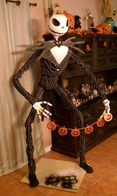PVC Life Size Jack Skellington- I would LOVE to have this! Great Halloween project to build a life size Nightmare Before Christmas Jack skellington in your home! Diy Halloween, Theme Halloween, Adornos Halloween, Halloween Disfraces, Holidays Halloween, Happy Halloween, Halloween Decorations, Halloween Stuff, Halloween Witches