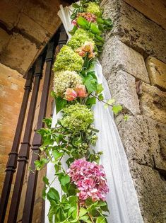 Latest trends, trick and tips, new arrivals and everything around wedding sector. Wedding Flower Arrangements, Floral Arrangements, Wedding Flowers, Church Wedding Decorations, Flower Decorations, Art Floral, Enchanted Florist, Ideas Para Fiestas, Red Wedding