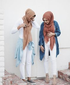 white skinny jeans + oversized chambray denim shirt light and dark + white shirt + tan and rose pink scarf/hijab + gray slip-ons + light gray open-toed heeled ankle strap sandals Islamic Fashion, Muslim Fashion, Modest Fashion, Fashion Outfits, Style Fashion, Fashion Women, Modest Wear, Modest Outfits, Modest Dresses