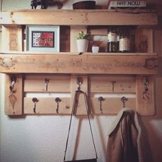 22 Simply Clever Homemade Pallet Furniture Designs To Start Right Now homesthetics wooden pallets diy projects Pallet Furniture Designs, Wooden Pallet Projects, Wood Pallet Furniture, Pallet Designs, Pallet Crafts, Rustic Furniture, Diy Furniture, Pallet Desk, Diy Projects