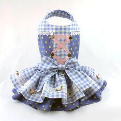 * Moda perro para perro pequeño, hecho a mano * Perro vestido está diseñado en un estilo de dirndl para Oktoberfest * Caída de vestido para las características de los perros un lindo azul y verde lunares impresión combinada con una tela de Vichy azul * Perro arnés vestido está decorado con encaje de Venecia y cuenta con un delantal de algodón a cuadros azul y blanco con rosas rosa y apliques de encaje * Perro vestido de volantes de la falda y delantal están muy llenas * Se cierra alrededor…