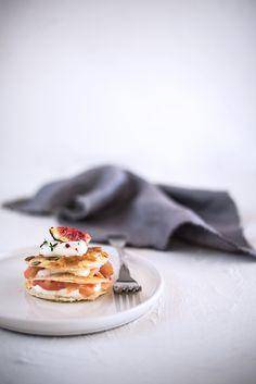 Millefoglie salata con pasta sfoglia, salmone affumicato, crema al mascarpone e yogurt e fichi. Variante con mele e pere.