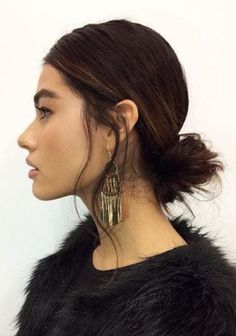 Hairstyles for long thin hair: Woman with dark brown hair in a low messy bun wearing all black and big earrings. Low Pony Hairstyles, Winter Hairstyles, Hairstyles Haircuts, Pretty Hairstyles, Simple Hairstyles, Long Fine Hair, Afro, Layered Bob Hairstyles, Piercings