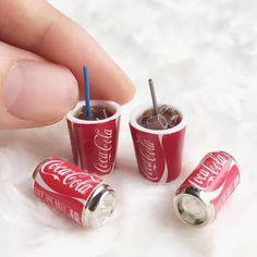 Miniature Coca Cola 🥤🥤 Credits t Miniature Crafts, Miniature Food, Miniature Dolls, Doll Crafts, Diy Doll, Cola Dose, Mini Craft, Doll Food, Tiny Food