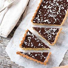 {BLOG} Un dessert gourmand à souhait en ce dernier jour de la semaine : une Tarte noix de coco, chocolat & amandes dont la recette vous attend sur le blog (lien dans ma bio). Ok, à cause de moi vous allez devoir allumer le four #sorrynotsorry Homemade Cake Recipes, Cupcake Recipes, Cupcake Cakes, Dessert Recipes, Bakery Recipes, Tart Recipes, Coconut Tart, Cake Recipes From Scratch, Sweet Pie