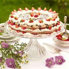 Lätt och fantastiskt god mandelbudapest med jordgubbar och vispgrädde. Bagan, Baking Recipes, Cake Recipes, Tea And Crumpets, Cocktail Desserts, Chocolate Sweets, Swedish Recipes, Foods With Gluten, Dessert For Dinner