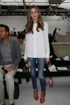 Olivia Palermo - Con camisa blanca de Susan Woo y vaqueros de AG Jeans, una combinación básica pero efectiva que completa con unas sandalias de su firma de cabecera: Aquazzura.