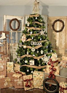 50 Most Beautiful Christmas Tree Decorations Ideas - Christmas Celebrations Big Christmas Tree, Beautiful Christmas Trees, Christmas Tree Themes, Elegant Christmas, Merry Little Christmas, All Things Christmas, Winter Christmas, Vintage Christmas, Vintage Sled