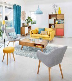 Top 9: Nuestros sofás favoritos. Sofá amarillo 3 puestos. Cojines. Mesa auxiliar. Tapete. Silla amarilla. Poltrona. Estantería. Lámpara azul. Lámpara. Diseño interior. Kunst. Encuentra dónde comprar este diseño y Producto en Colombia.