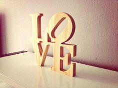 Reproducción de la escultura LOVE en tablero de madera de pino de 18 mm. de espesor, para decoración o regalo de San Valentín.