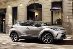La Toyota C-HR, crossover dalle linee audaci, rivale della Nissan Qashqai, si può ordinare con due motori e in tre allestimenti. Di serie il cambio automatico.