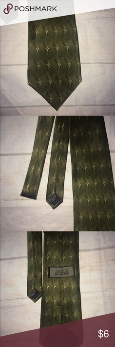 """NEO Bill Blass beautiful green tie. This is a beautiful NEO Bill Blass green 100% silk tie and measures 65"""" Long. No visible flaws seen in this tie. NEO Bill Blass Accessories Ties"""