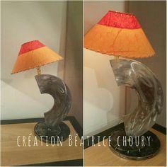 Lampes sculptures en métal abats jours orange et rouge