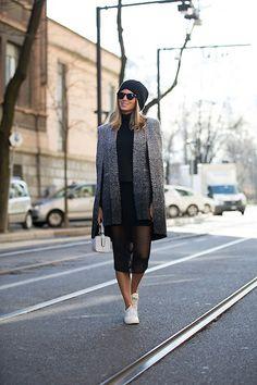 Anna Fasano Street Style na Milão Fashion Week 2014. Casaco com vestido, toca e óculos de sol. Bolsa Branca e tênis