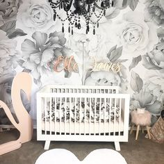 How amazing does the black and white version of our peony & rose wallpaper look in this stunning nursery by 💕