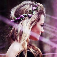 i like the flowers. At my wedding i want to have that same kind of headband.