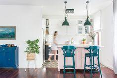 salon z kuchnią IKEA i starym bufetem