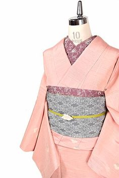 パウダリーなルージュピンクをベースに、ライン刺繍のようなクラフト感のあるドットが形作る幾何学模様と、可憐なお花のモチーフが織りだされた正絹紬の単着物です。