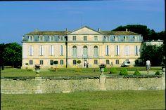 Le Chateau de la Gataudière est une magnifique demeure du XVIII ème siècle qui est classée aux Monuments Historique. Elle est situé à Marennes et posséde un parc acrobranche.
