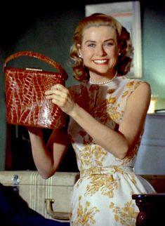 Grace Kelly, and her namesake bag, Rear Window, 1954 Hollywood Glamour, Classic Hollywood, Old Hollywood, La Main Au Collet, Princesa Grace Kelly, Pin Up Retro, Camille Gottlieb, Grace Kelly Style, Princesses